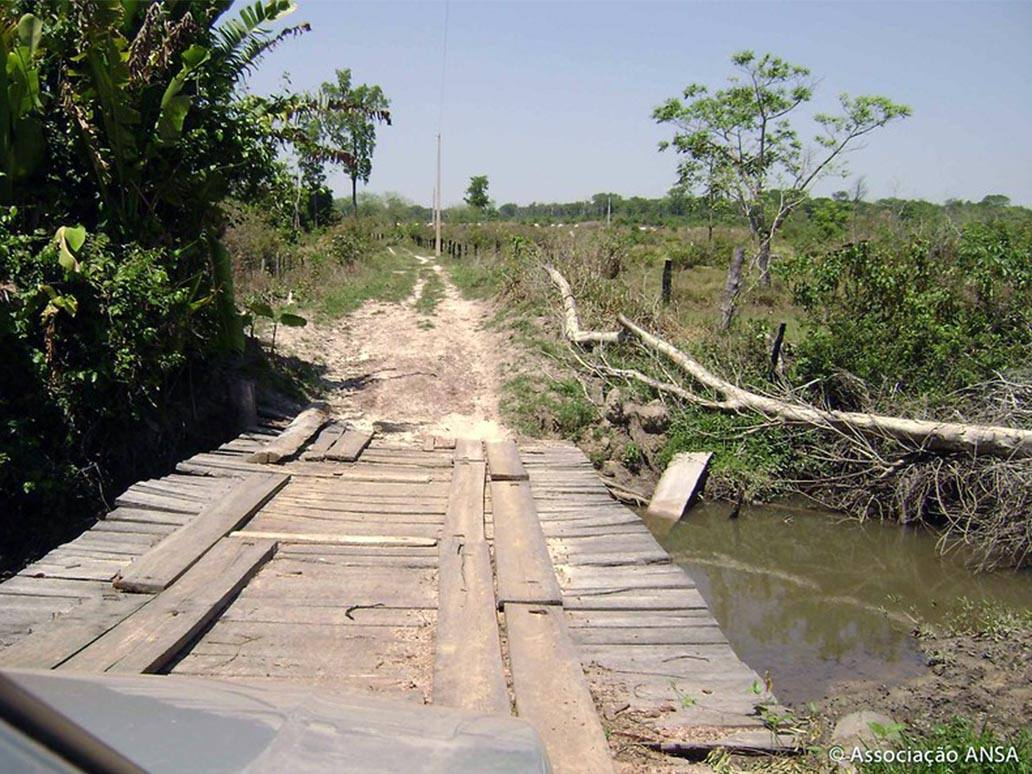 Els camins que uneixen les comunitats rurals són de terra i sense manteniment