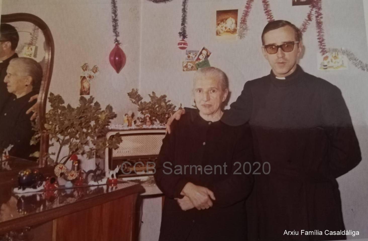 Pere Casaldàliga amb la seva mare, al nadal de 1966