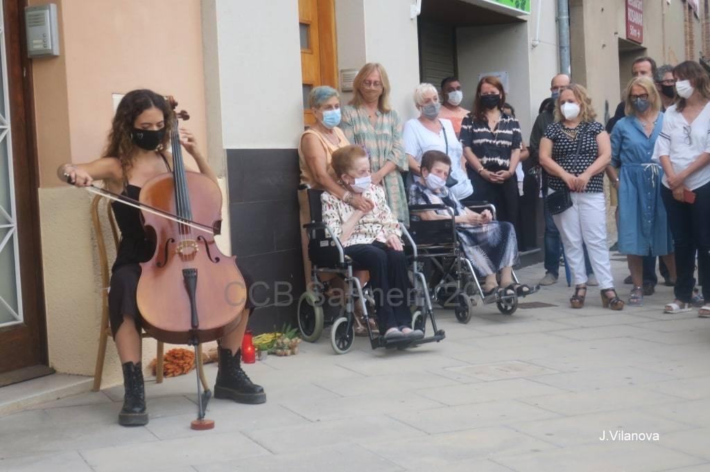 Concentració espontània davant la casa natal de Pere Casaldàliga el dia del seu traspàs