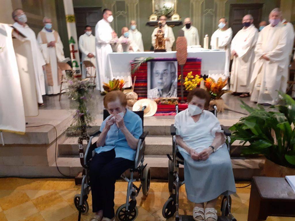 Les germanes de Pere Casaldàliga, Carme i Maria, a la missa-funeral de Balsareny