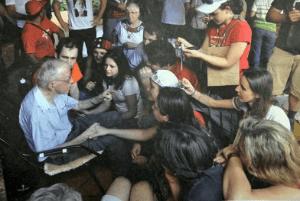 Pere Casaldàliga envoltat de joves a qui ha inspirat