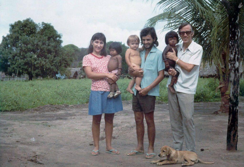 Pere Casaldàliga amb els seus col.laboradors a les comunitats indígenes