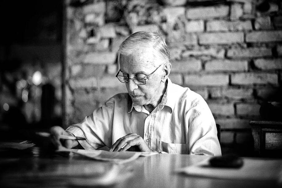 Pere Casaldàliga llegint a casa seva