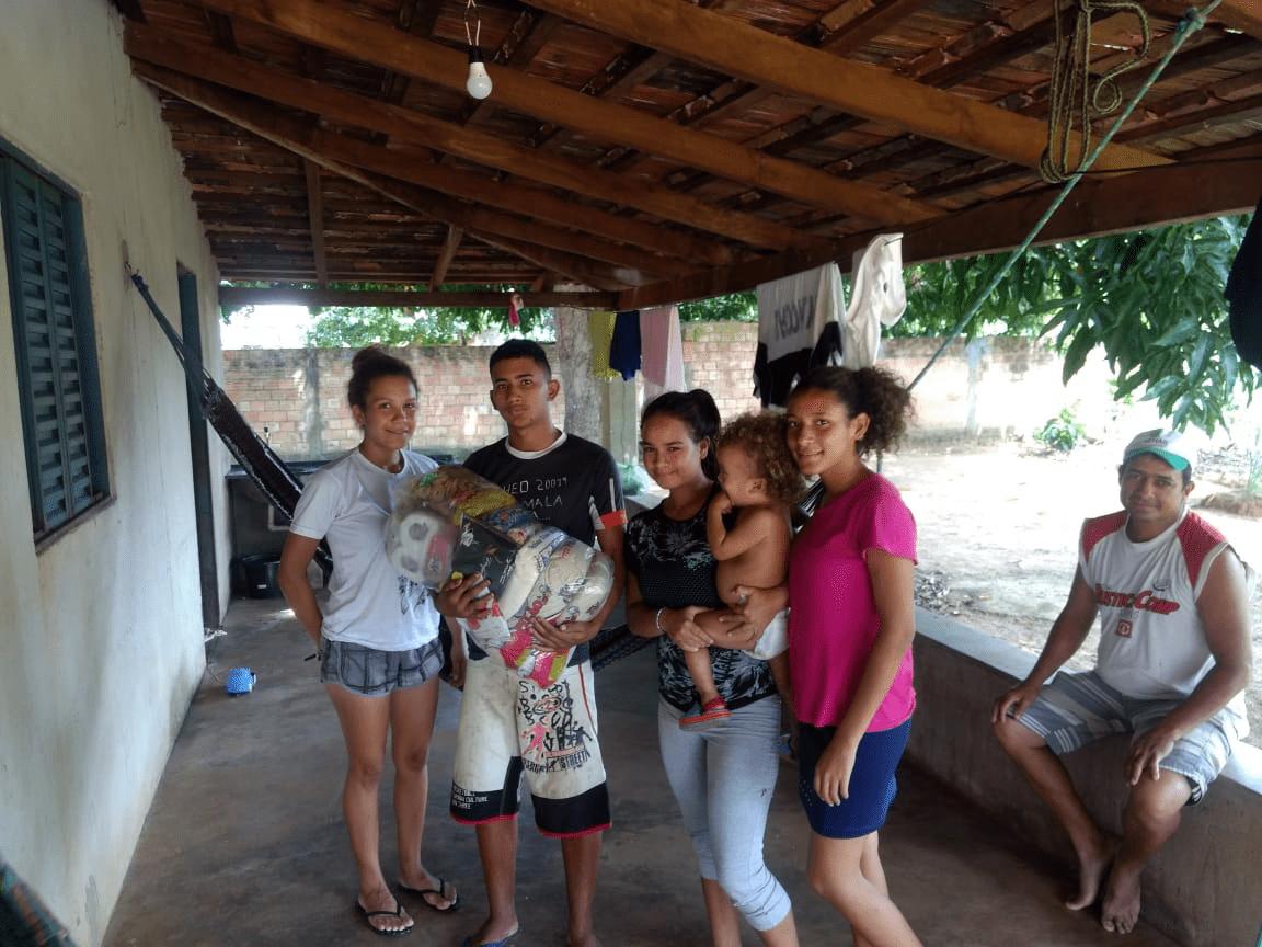 Familias recebem cestas de alimentos