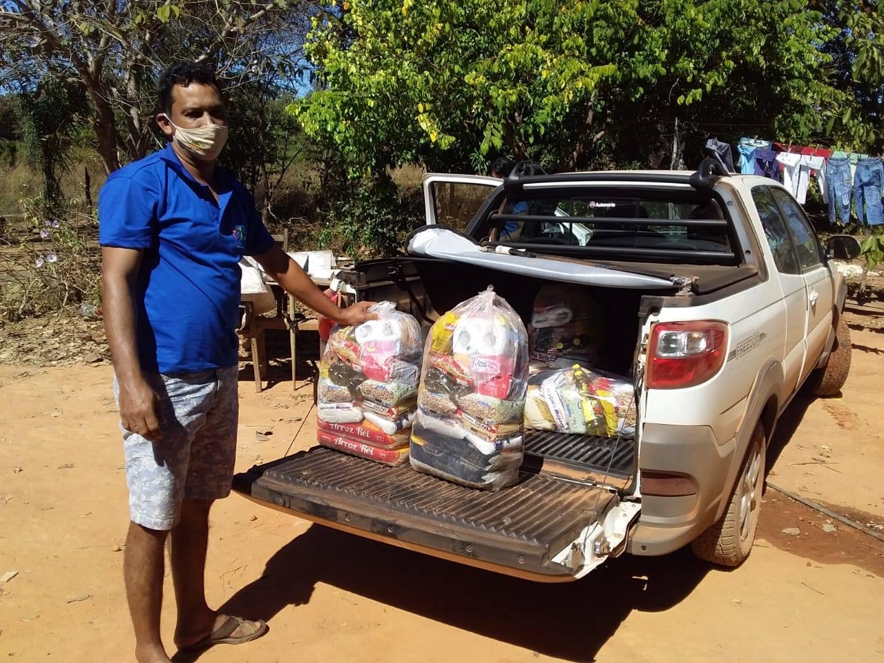 Mais de 200 famílias receberam cestas com produtos de alimentação básica